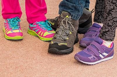 子供靴と大人の靴の画像