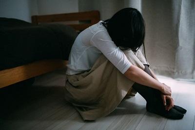 失恋のショックで立ち直れない女性の写真素材
